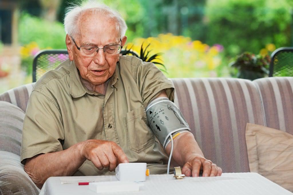 Rentner misst eigenen Blutdruck