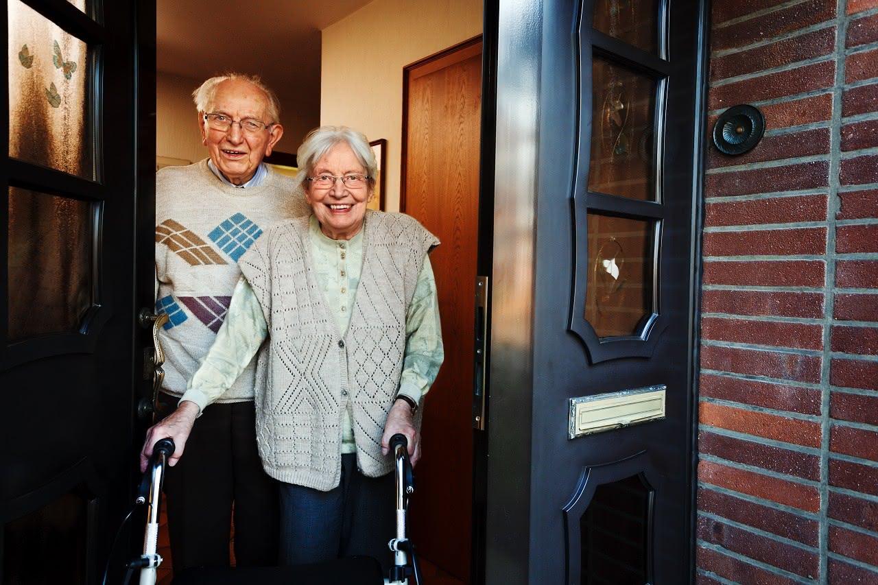 Ein älteres Paar bleibt mit einem Rollator mobil