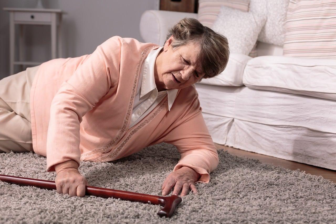 Gestürzte ältere Frau