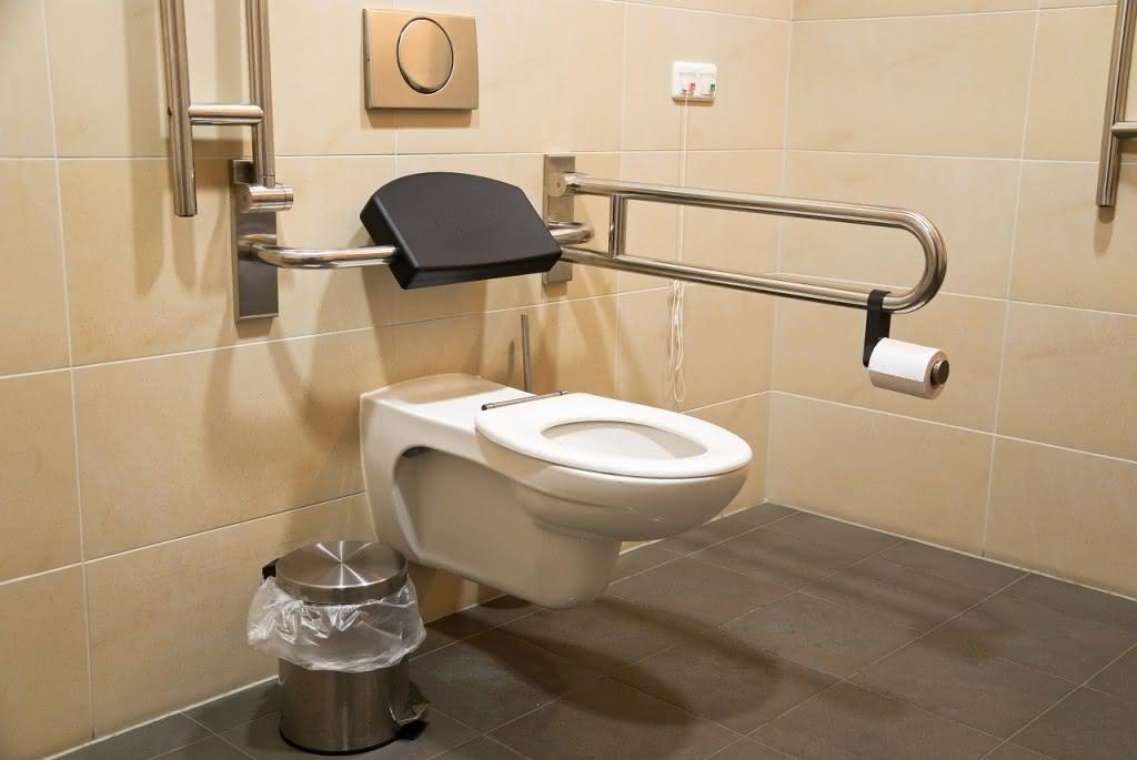 Toilette mit Hilfsmitteln für Senioren oder Menschen mit Handicap