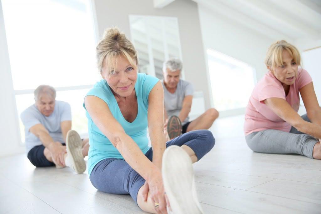 Senioren betreiben Sportübungen zur Sturzprophylaxe