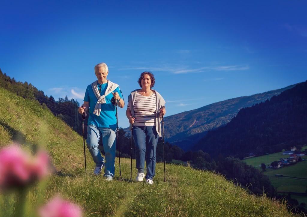 Zwei Senioren beim Nordic Walking