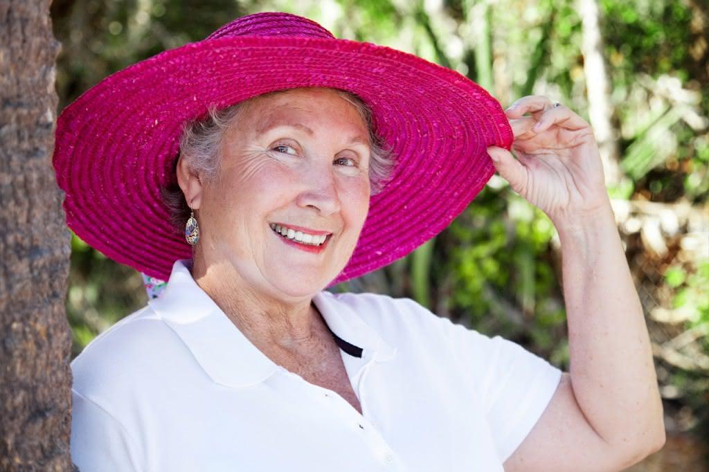 Frau mit Hut im Schatten