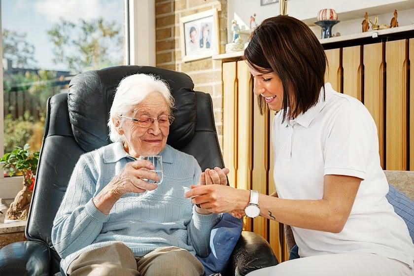 Rentnerin mit ambulanter Pflegerin zu Hause