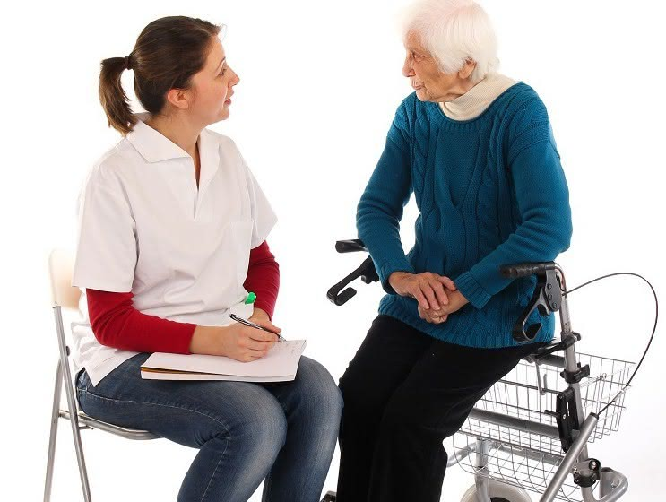 Junge Frau und Seniorin im Gespräch