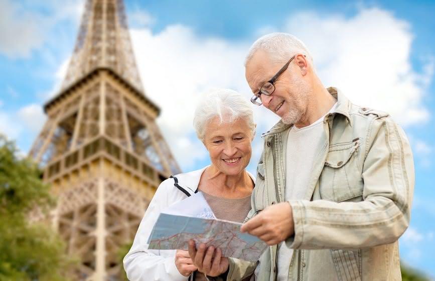 Älteres Paar vor dem Eiffelturm