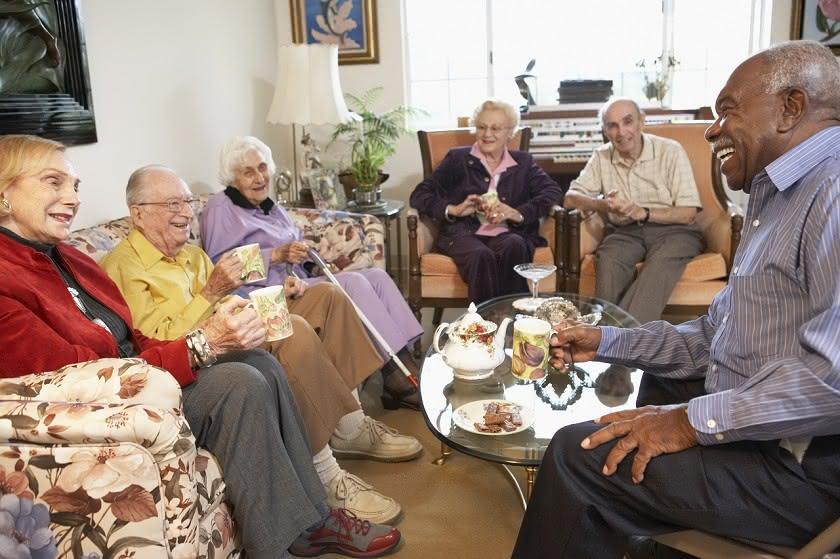 fünf Senioren am Teetisch