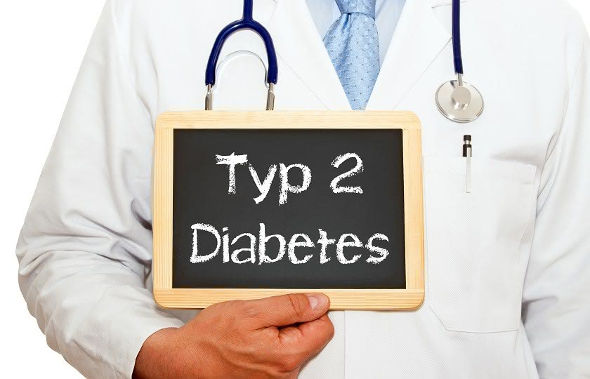 "Arzt hält Tafel mit Aufschrift ""Typ 2 Diabetes"""