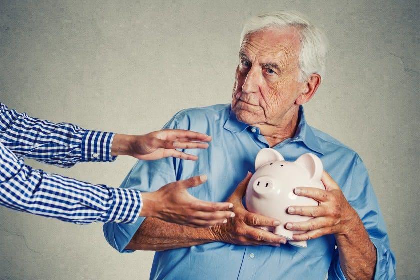 Rentner hält sein Sparschwein fest - junge Arme greifen danach - Symbolbild Ekeltrick