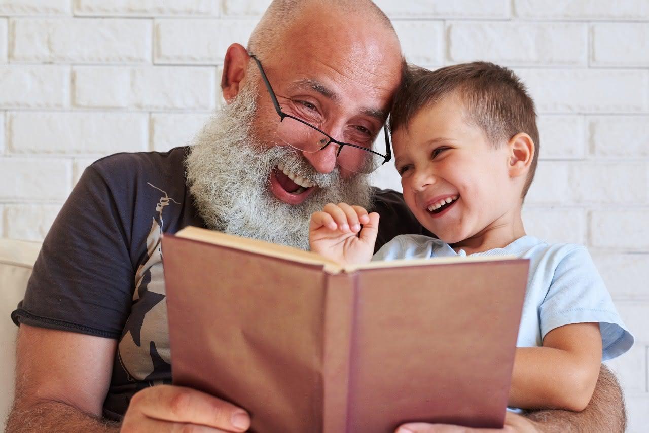 Rentner liest Enkel etwas vor