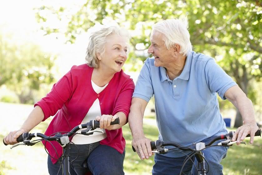Rentnerpaar auf Fahrrädern