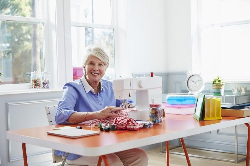 Rentnerin an der Hobby Nähmaschine
