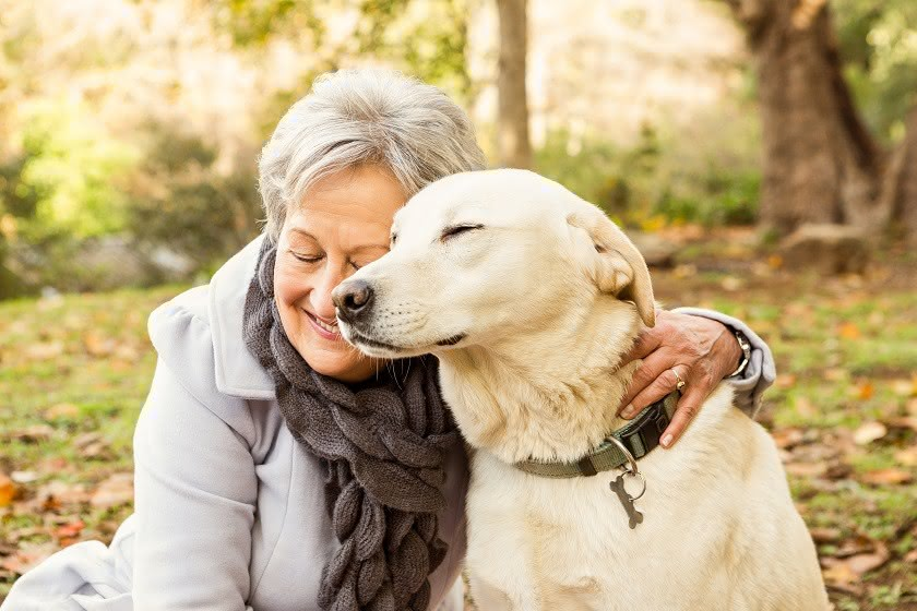 Seniorin mit Hund
