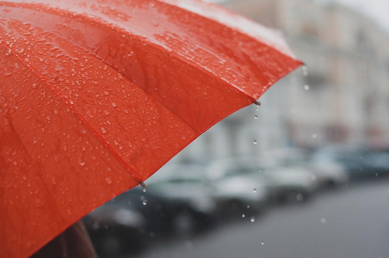 Roter Regenschirm bei Regen