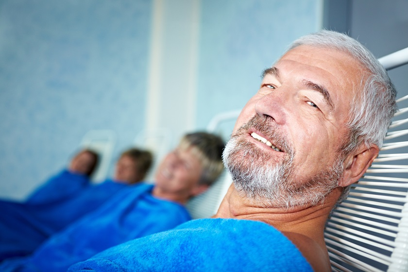 Rentner im Wellnessurlaub im Ruheraum