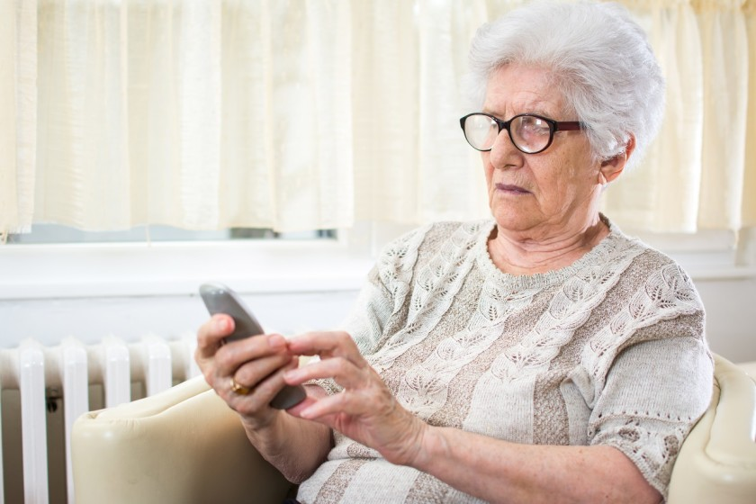 Rentnerin mit Telefon