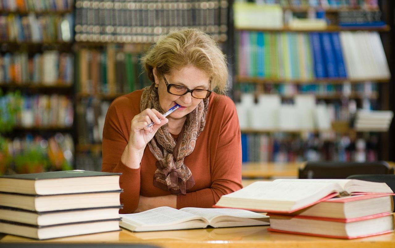 Rentnerin lernt in Bibliothek