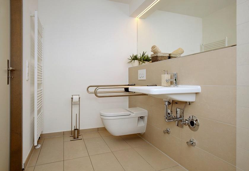 Badezimmer mit Haltegriffen an der Toilette