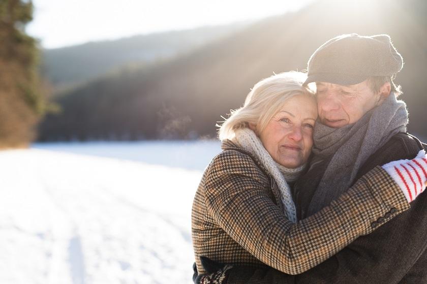 Älteres Paar im Winter beim Spaziergang