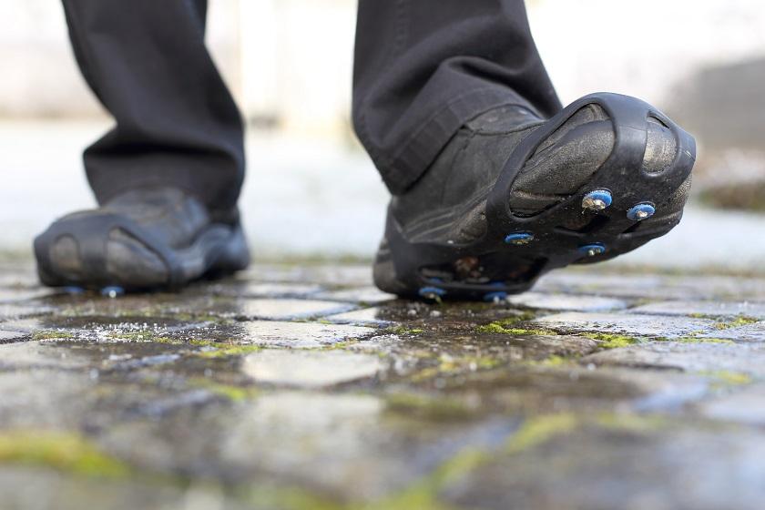 Schuhe mit Spikes zum sicheren gehen auf gefrorener Straße