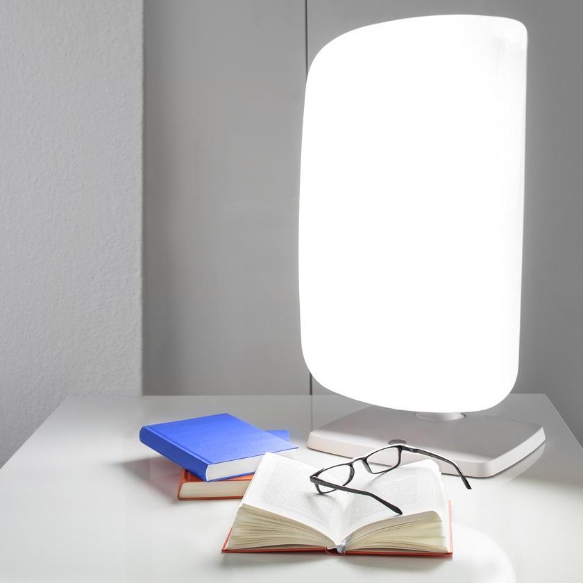Tageslicht Lampe mit Büchern und Brille