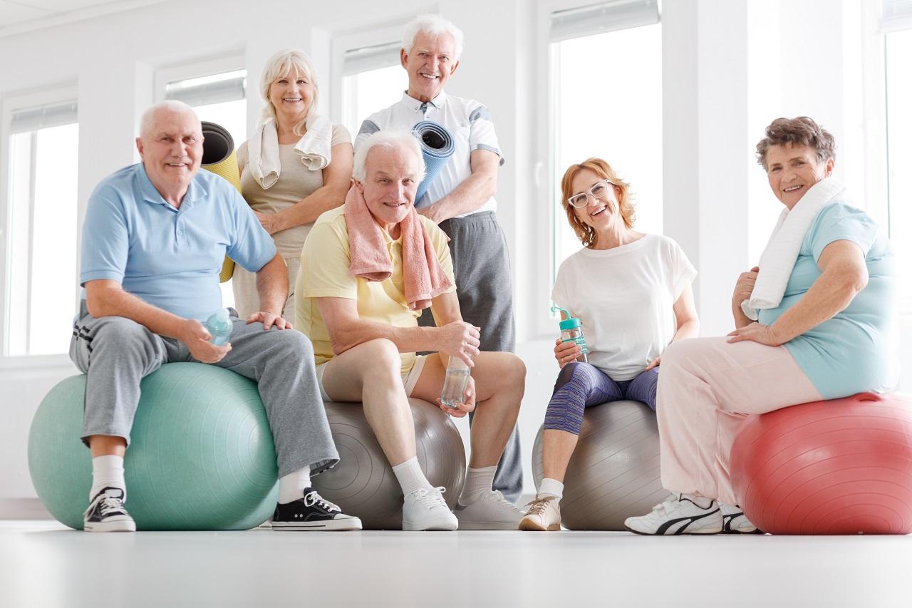 Senioren Sport Gruppe mit Gymnastikbällen