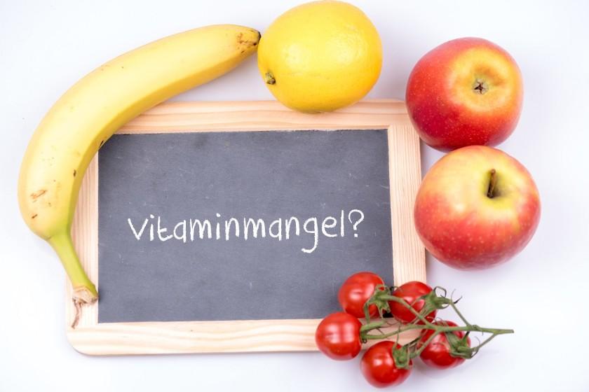 Vitaminmangel mit einer Tafel und verschiedenen Obst und Gemüse Sorten