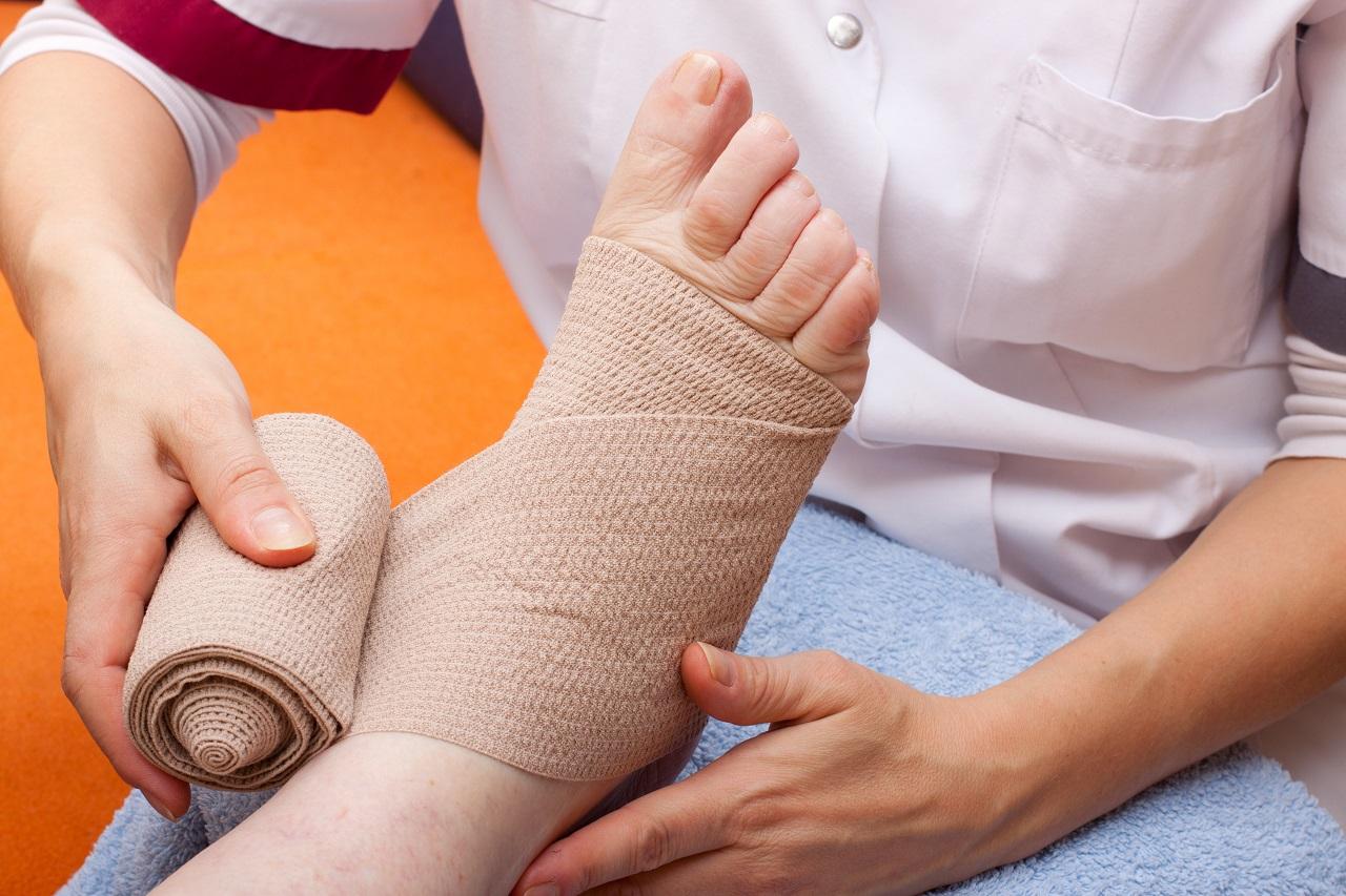Fuß wird bandagiert