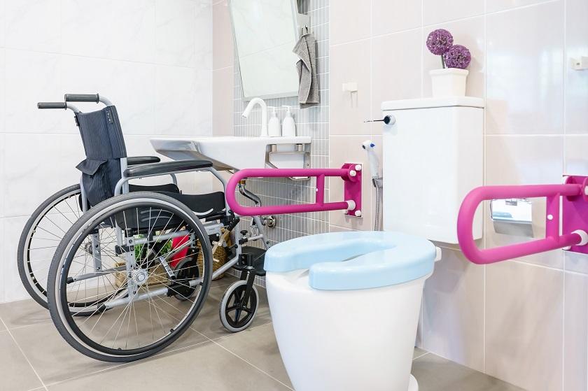 Altersgerechtes Bad mit Haltegriffen und Toilettensitzerhöhung