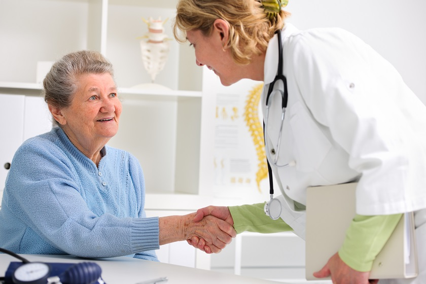 Patientin wird vom Arzt begrüßt