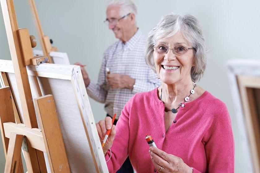 Zwei Senioren besuchen Zeichenkurs