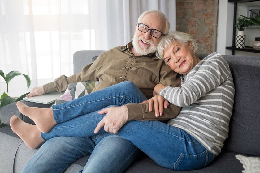 Senioren zu Hause auf der Couch
