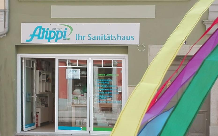 Außenansicht Sanitätshausfiliale in Eisenberg, Schild über Tür Sanitätshaus Alippi