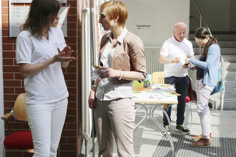 Pausengespräch zwischen Männern und Frauen vom Aphasikerzentrum Westsachsen