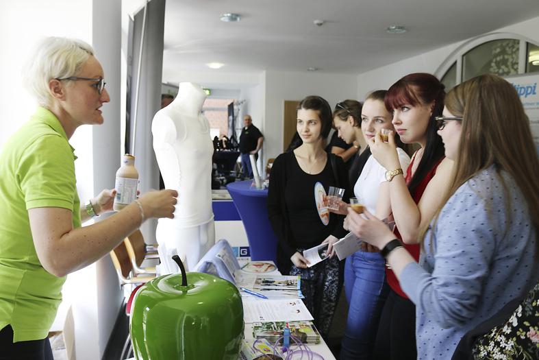 junge Frauen kosten Trinknahrung am Infostand