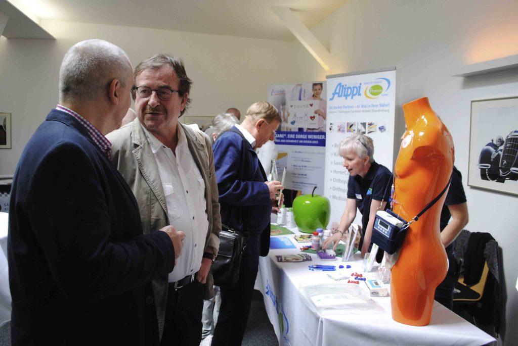 2 Herren unterhalten sich zum Viszeralmedizinischen Symposium in Zwickau an Beratungsstand
