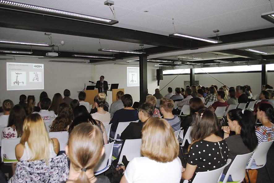 voll besetzte Stuhlreihen beim Vortrag zum Schlaganfall-Forum im Zwickauer ubineum