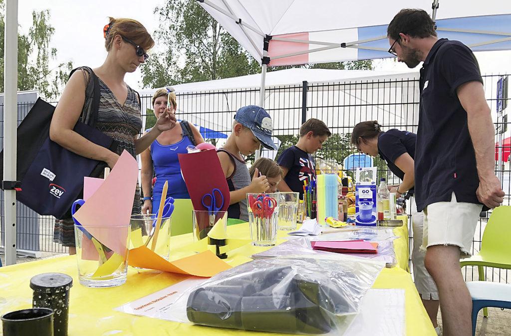 Kinder und Eltern basteln im Forscherpavillon ubineum