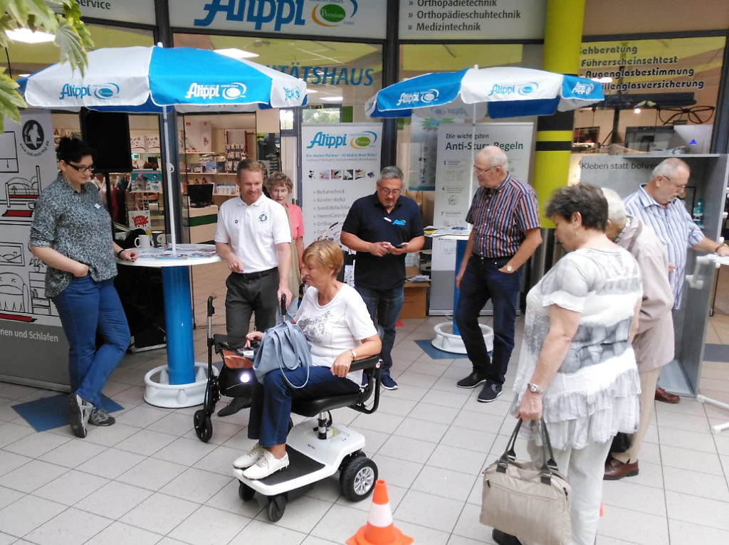 Kunden und Mitarbeiter am Infostand im Moritzhof