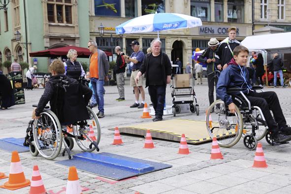 Kinder im Rollstuhl auf Testparcour