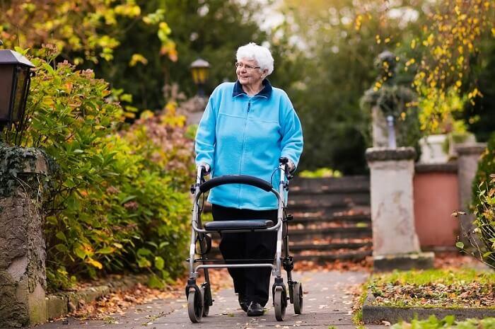 seniorin-mit-rollator-im-park