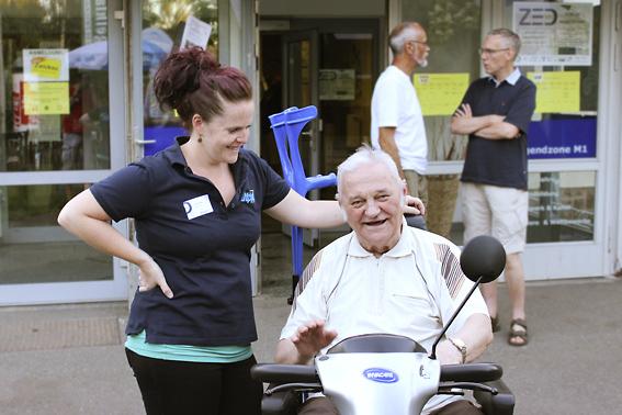 Alippi Mitarbeiterin und Mann auf dem Scooter, ZED-Forum in Zwickau